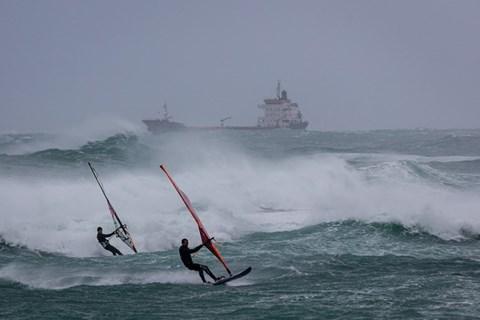תחרות גלישה בחוף בת גלים