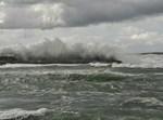 גלים סוערים בחוף קיסריה