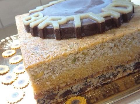 עוגת בצק פריך, שוקולד, קוקוס ואותיות מרציפן