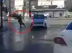 רוכב האופניים מתנגש במכונית