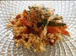 רול סלמון במילוי ירקות צלויים על מצע פריקי מעושן