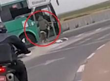 האופנוען מתנגש באוטובוס
