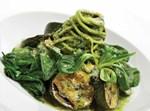 מתאבן זוקיני וספגטי איטלקי בבזיליקום ריחני ונגיעות שמן זית