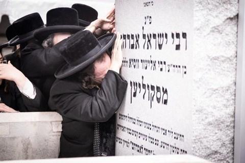הרבי מסקולען בציון אביו