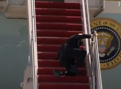 ביידן מועד בדרכו למטוס