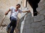 דוד ג'רבי שובר את הקיר לבית הכנסת