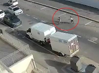 הילדות רצות אל הכביש