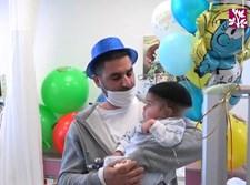 בן השלוש עם אביו
