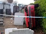 נהג התהפך עם רכבו לתוך בית קברות