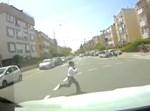 הילד רץ לכביש