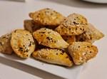 חטיפי בצק במילוי תפוחי אדמה או טונה