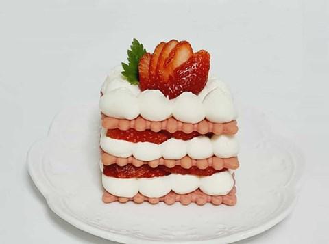 עוגת גבינה ביסקוויטים ורודים עם תותים
