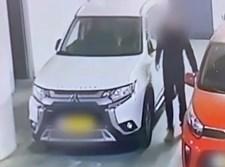 החשוד פורץ לאחד הרכבים
