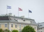 דגל ישראל מונף על גג לשכת הקנצלר