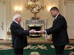 שגריר ישראל מגיש את האמנה לנשיא אירלנד אילוסטרציה
