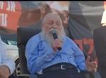 הרב דורקמן בהפגנה מול ביתו של אורבך