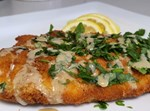 דג מושט מטוגן בזילוף טחינה וירק קצוץ