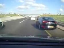 המכונית עוקפת דרך השוליים