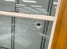 הקליע שפגע בחלון בית הכנסת