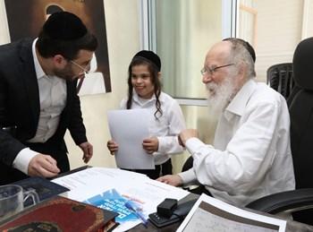 הרב גלאי בוחן את הילדים