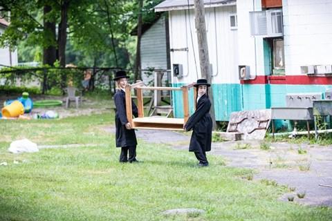 תלמידי סאטמר יוצאים למחנה רב טוב