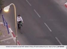 בחור על אופניים