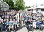 המועמד המוביל, אדאמס, עם ילדים חרדים בקמפיין בחירות