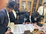 """גדולי ישראל בכתיבת ס""""ת לזכרו של הרב שמעון חזן ז""""ל"""