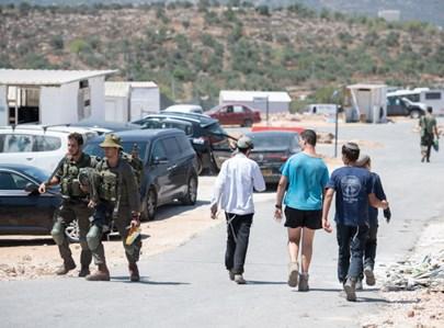 מתנחלים לצד חיילים באביתר