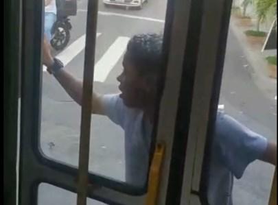 הנוסע שנאחז על האוטובוס