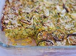 פשטידת קישואים ועשבי תיבול בציפוי שומשום וטבעות בצל
