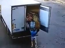 הארגז נופל על נהג המשאית