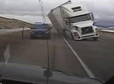 המשאית מתהפכת