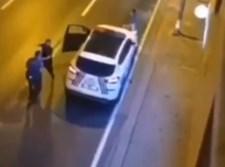 המחבל תוקף את השוטרים
