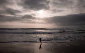 ילד בים