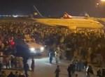 תושבי אפגניסטן בנמל התעופה