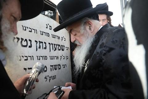 הרבי מלעלוב בציון אביו