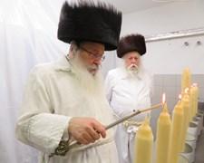 הרבי מנדבורנה מדליק את נרות החיים