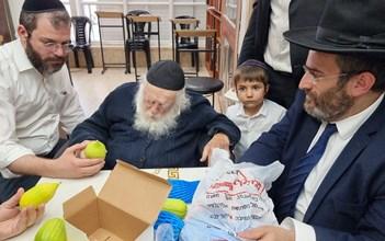 """הגר""""ח קנייבסקי מקבל אתרוגים מקהילת אהל משה"""