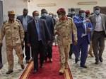 ראש ממשלת סודן עם בכירים בצבא