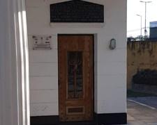 צלבי הקרס בכניסה לבית העלמין בארגנטינה