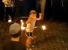 הילד עם חישוק האש
