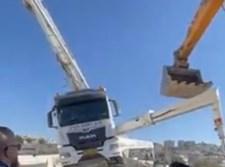 הטרקטור מיישר את המשאית