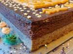 גת שכבות פריך אגוזים ושוקולד בעיטור גנאש חלבה ולוז