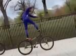 רוכב על האופניים בעמידה