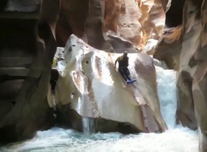 כרמלי גולש על הסלע הרטוב