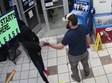 החייל חוטף את האקדח מידו של החשוד