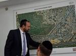 רביץ והמפה של השכונה החדשה