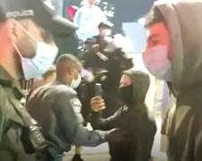 השוטר מכה את הצעיר