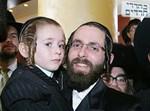 הקדוש ר' בן ציון קרומן הי''ד עם בנו בן ה-5